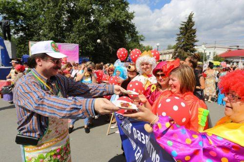 Пирог с земляникой достался всем гостям Дня города. Зрителей угощал лично Даниил Крамер. Фото: Владимир Мартьянов