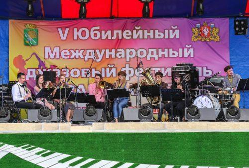 В Камышлове ансамбль Kickin' Jazz Orchestra познакомил гостей фестиваля с новоорлеанским джазом. Фото: Владимир Мартьянов